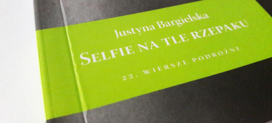 12_KSIAZKI__Justyna Bargielska__Selfie na tle rzepaku