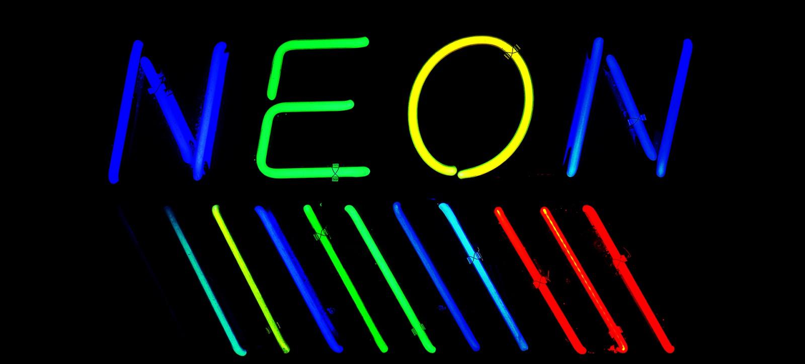 Strona A, strona B nr 02 Lśnią światła neonów